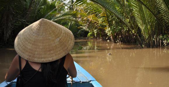 гребная лодка с туристами